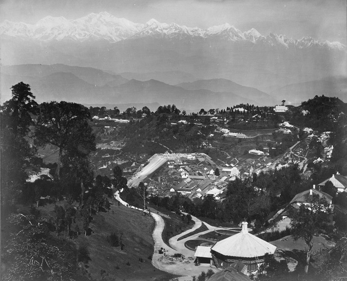 General_view_of_Darjeeling,_showing_the_Snowy_Range,_40_miles_distant,_as_seen_from_St._Paul's_School,_Darjeeling